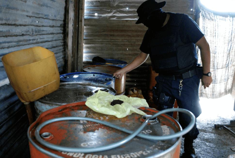 Un policía revisa tambos con diésel robado en Apodaca. (Reuters, archivo)