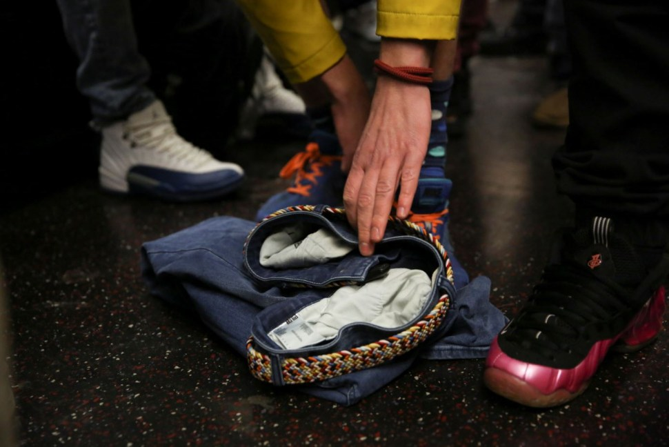 Una persona remueve sus pantalones durante el viaje del metro que lo llevará a Union Square, el punto de reunión final del evento (Reuters)