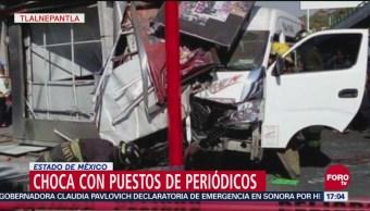 Unidad de transporte público choca contra puesto de periódicos en Tlalnepantla