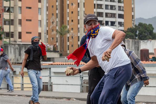 Foto: Manifestantes opositores lanza piedras a policías en Venezuela, 23 de enero 2019