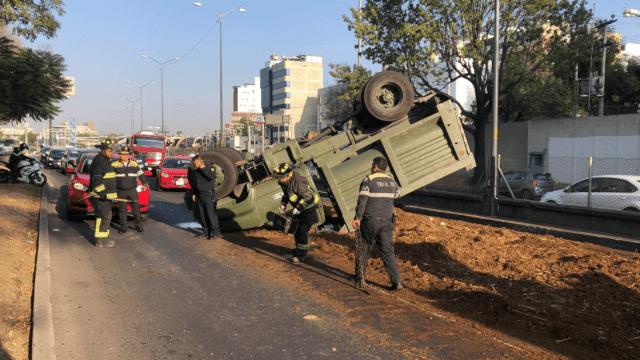 Caos en Periférico Sur por volcadura de camión con abono