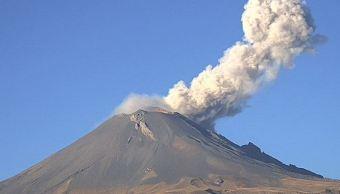 Volcán Popocatépetl emite columna de vapor y gas; captan paso de estrella fugaz