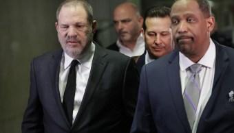 Foto: Harvey Weinstein (d), abandona el tribunal de Nueva York, 25 enero 2019