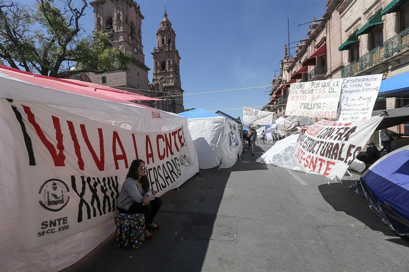 Los maestros disidentes durante un plantón en el Zócalo de la ciudad de Morelia., 25 abril 2019