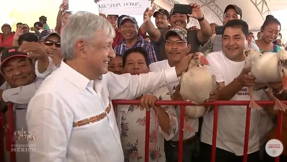 Foto: Dos asistentes al evento le entregaron los dos gansos al presidente Andrés Manuel López Obrador, el 23 de febrero de 2019 (Twitter @wilfrid38500222)