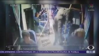 Asaltantes golpean a mujer en autobús de pasajeros en Tecamac, Edomex