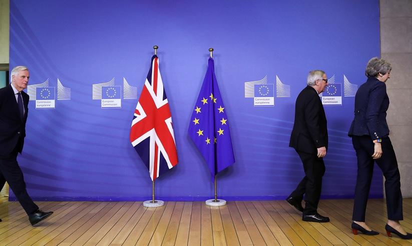 Foto: El negociador principal del Brexit de la UE, Michel Barnier, camina detrás del presidente de la Comisión Europea, Jean-Claude Juncker, y de Theresa May, Bélgica, febrero 11 de 2019 (Reuters)