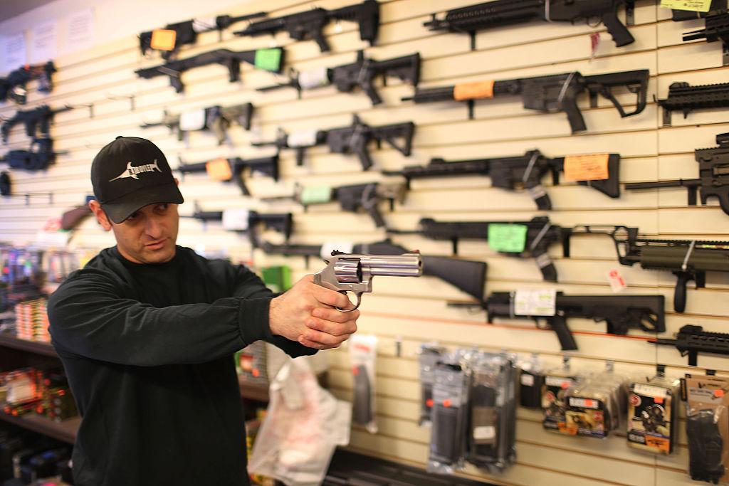 Foto: Un hombre muestra una pistola en una tienda de armas en Florida, EEUU, el 5 de enero de 2016