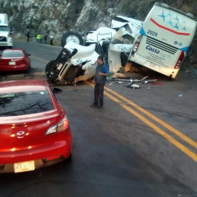Choque de autobús y tráiler en carretera Iguala-Cuernavaca deja 10 lesionados