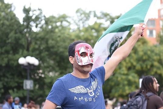 Foto: Un activista trans con máscara de calavera y bandera mexicana, 4 de febrero de 2019, México, (Getty Images)
