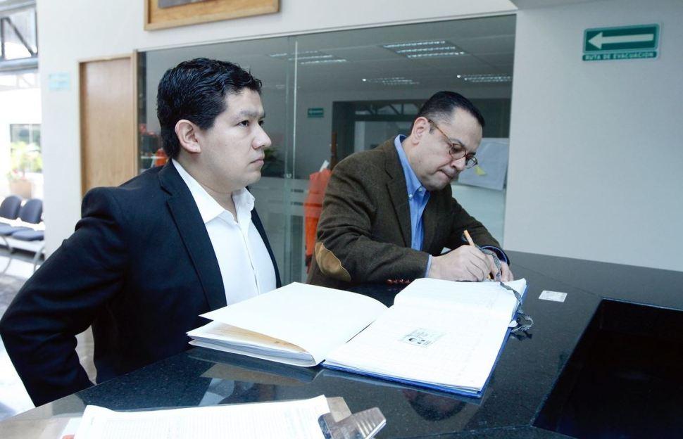 Foto: El director del IMSS, Germán Martínez, entrega la petición en la CNDH, el 10 de febrero de 2019