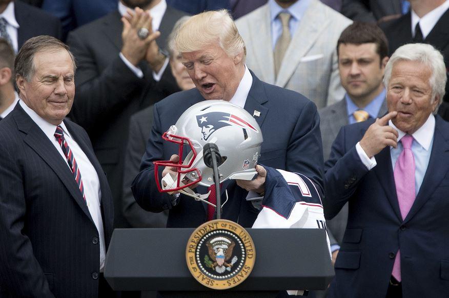 Foto: El entrenador en jefe de los Patriotas de Nueva Inglaterra, Bill Belichick, entrega a Donald Trump un casco de los Patriots, 3 febrero 2019