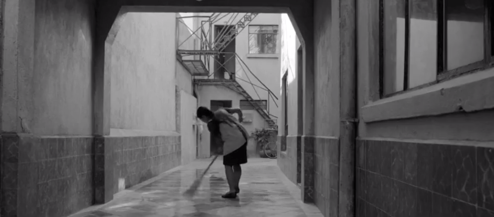 Foto: Escena de la película Roma, Yalitza Aparicio barriendo