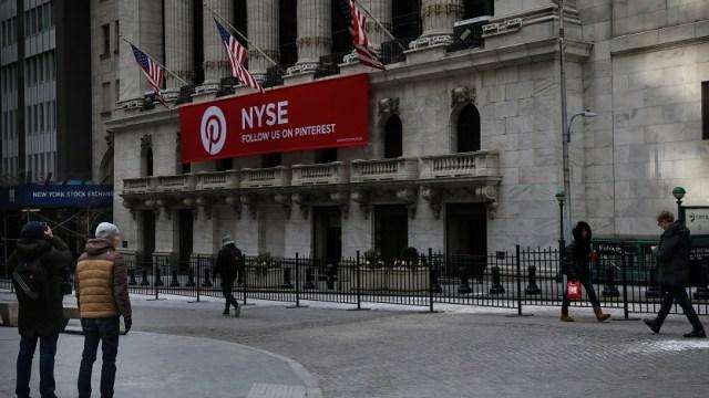 Foto: Un hombre fotografía la Bolsa de Nueva York (NYSE) en la esquina de Broad St. y Wall St. en la ciudad de Nueva York, 6 de febrero de 2019 (Reuters)