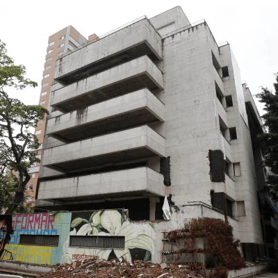 Demuelen el edificio que fue fortín de Pablo Escobar en Medellín