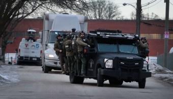 Foto: Policías aseguran el área después de un tiroteo en la compañía Henry Pratt el 15 de febrero de 2019 en Aurora, Illinois