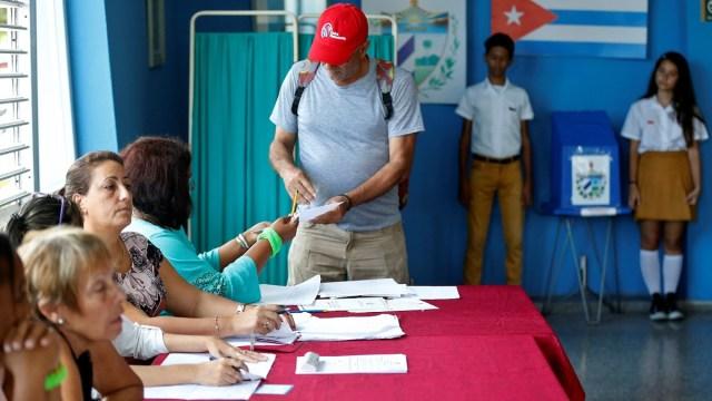 Foto: Un hombre vota en el referendo sobre la nueva Constitución de Cuba en la ciudad de La Habana, el 24 de febrero de 2019