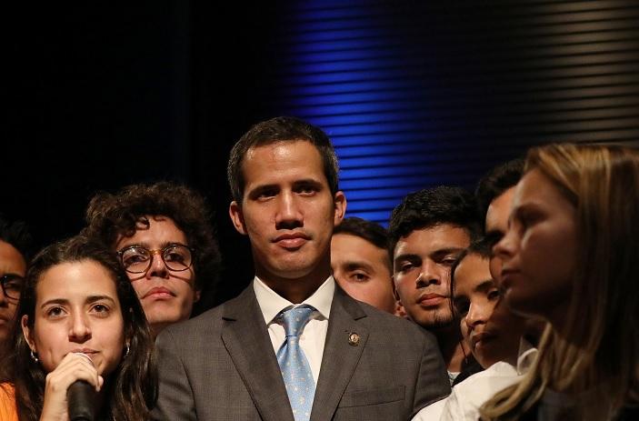 Foto: El líder opositor venezolano Juan Guaidó habla con estudiantes en Caracas el 11 de febrero de 2019