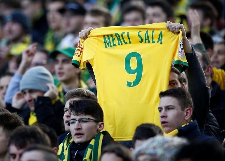 Foto: Un fanático sostiene una camisa en memoria de Emiliano Sala durante el partido FC Nantes vs. Nimes Olympique de la Ligue 1 del 10 de febrero del 2019
