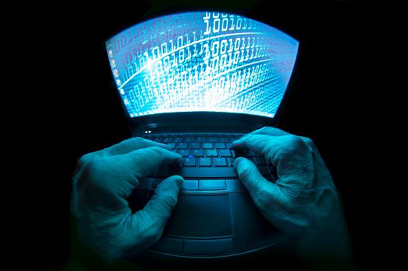 Foto: Imagen gráfica de un hacker utilizando una computadora