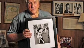 Foto: George Mendonsa, de 89 años, sostiene una de las fotografías más emblemáticas del siglo XX en su casa de Middletown, Rhode Island, el 23 de octubre de 2012.