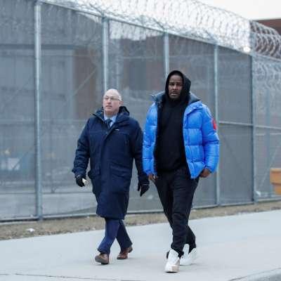 R. Kelly deja la cárcel tras declararse no culpable de abusos sexuales y pagar fianza