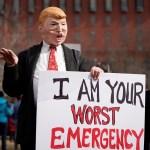 Foto: Un manifestante con una máscara del presidente de los Estados Unidos, Donald Trump, sostiene un cartel durante una protesta afuera de la Casa Blanca el 18 de febrero de 2019