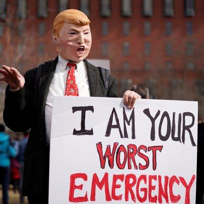 Protestan contra Trump por declarar emergencia nacional para financiar muro