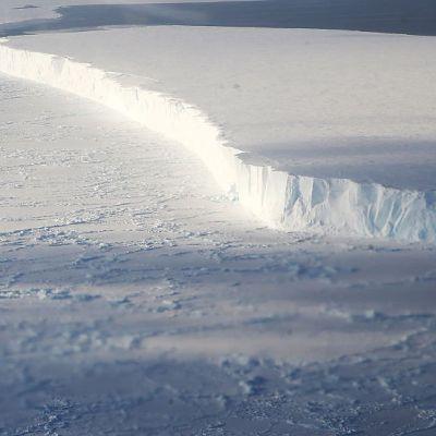 NASA alerta por desprendimiento de iceberg en la Antártida