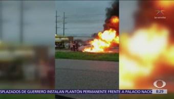 Hombres rescatan a mujer de vehículo en llamas