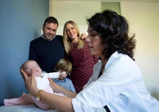 Foto: El Hospital Sant Joan de Déu opera del corazón a una bebé prematura de 1.310 gramos, Barcelona, España (EFE)