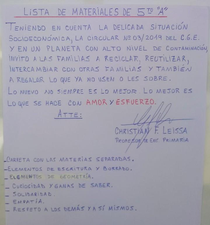 La lista de materiales para 5° A que Leissa compartió en la puerta de su salón (Clarín)