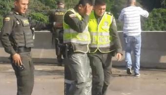 Foto: Policías y rescatistas lloran tras el suicidio de una mujer con su hijo en brazos en Colombia, 6 de febrero de 2019