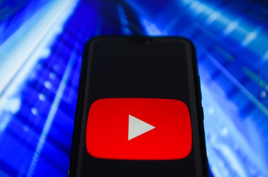 Foto: El logotipo de Youtube se ve en un dispositivo móvil, Estados Unidos, febrero 26 de 2019 (Getty Images)