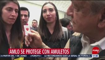 Foto: López Obrador muestra sus objetos de protección