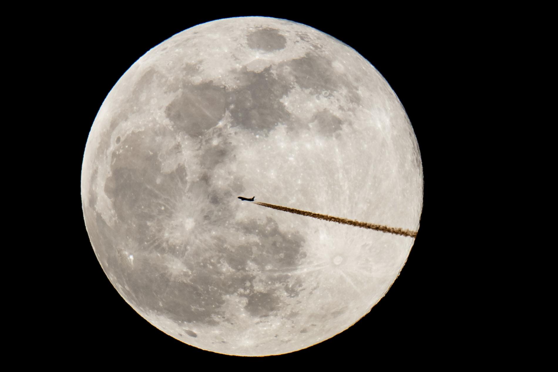 FOTO Luna de nieve vista en Nuremberg, Alemania; científicos revelan que la Luna orbita adentro de la atmósfera terrestre (AP alemania 19 febrero 2019)