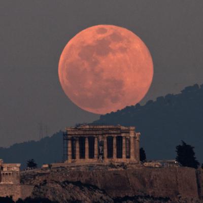 La Luna orbita dentro de la atmósfera de la Tierra