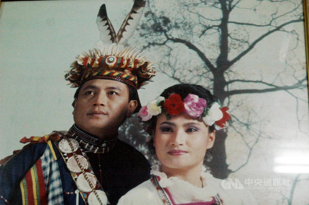 Ma Chih-li junto a su nieta en una fotografía de los años 60, donde utiliza su corona de dientes de leopardo nublado (CNA Taiwan)