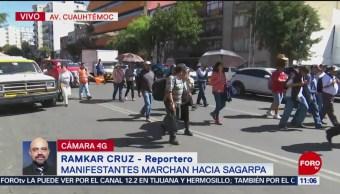 Manifestantes marchan a instalaciones de Sagarpa