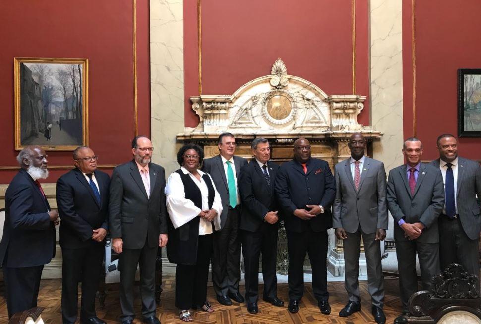 Foto: El secretario de Relaciones Exteriores de México, Marcelo Ebrard, junto a los integrantes de la comunidad caribeña (CARICOM) en Montevideo, 7 febrero 2019