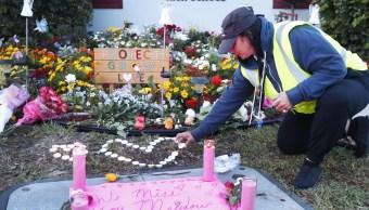 Foto: Una mujer enciende una vela en un memorial instalado a las afueras del Colegio Marjory Stoneman Douglas, 14 de febrero de 2019.