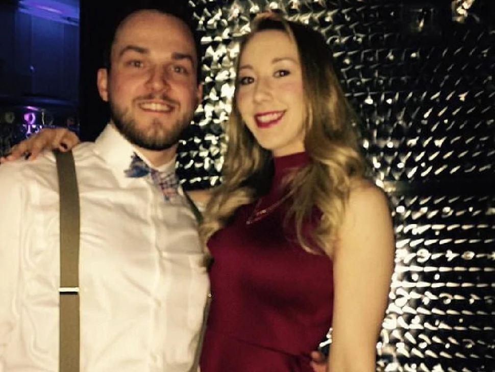 Matthew Aimers y su esposa, Kayla, en una imagen tomada unas semanas antes de su boda (Proporcionada por la corte a The New York Post)