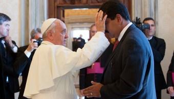 Foto: El papa Francisco le da la bendición al presidente de Venezuela, Nicolás Maduro, previo a una audiencia privada en el Vaticano, 13 febrero 2019
