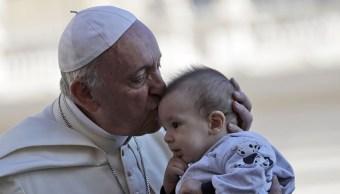 Foto: El Papa Francisco besa a un bebé al llegar a la Plaza de San Pedro en el Ciudad del Vaticano., 2 febrero 2019