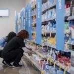 Foto: Empleados acomodan los productos en estantes de una cadena de farmacias en EU, febrero 12 de 2019 (Getty Images)