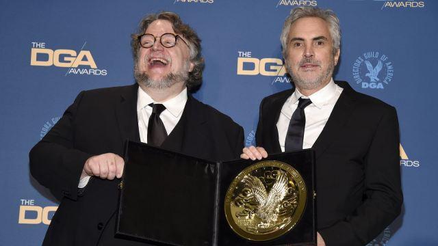 Foto: Guillermo del Toro (i), posa con Alfonso Cuarón, ganador del premio DGA, 3 febrero 2019