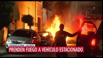 Prenden fuego a vehículo estacionado en Guadalajara, Jalisco