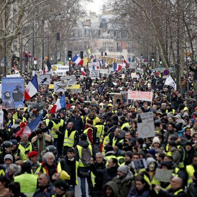 Miles de 'chalecos amarillos' protestan en París por violencia policial