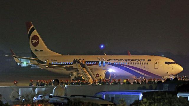 Foto: El vuelo de Biman Bangladesh Airlines realizó un aterrizaje de emergencia en el aeropuerto de Chittagong, Bangladesh, 24 febrero 2019