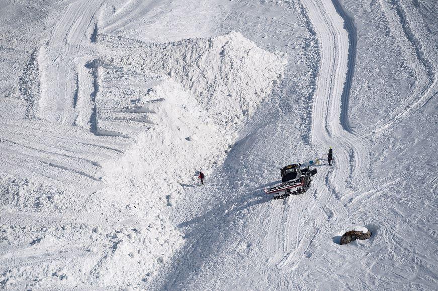 Foto: Miembros de los servicios de rescate buscan a víctimas del alud en Suiza, 20 febrero 2019